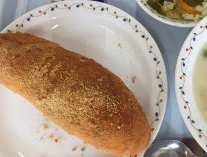 給食の写真。揚げパン、豆乳のシチュー、サラダ、牛乳
