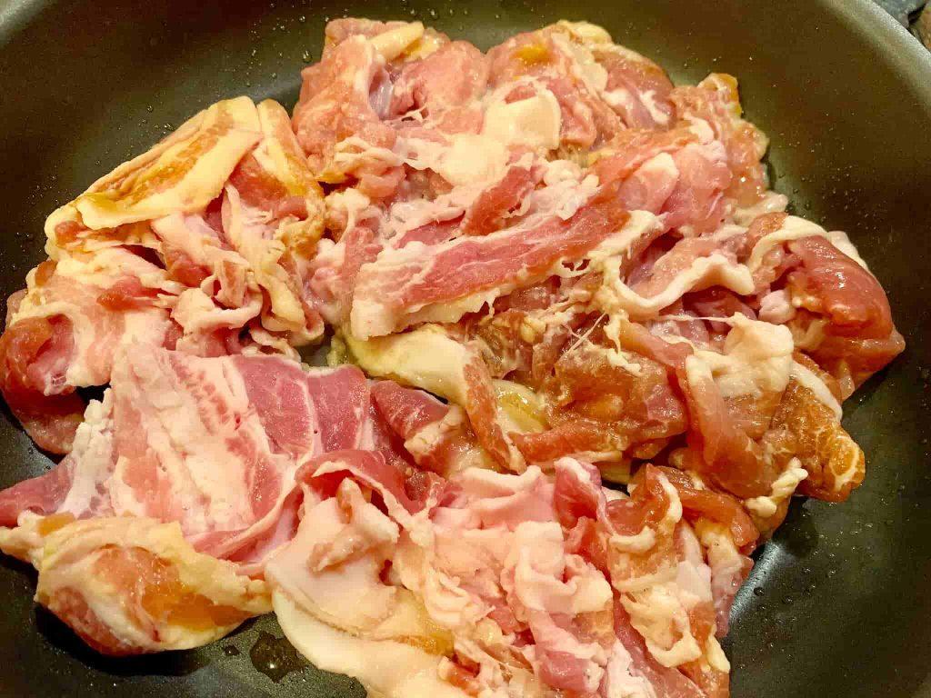 ニラ豚(ニラと豚肉の炒め物) 豚肉を炒める