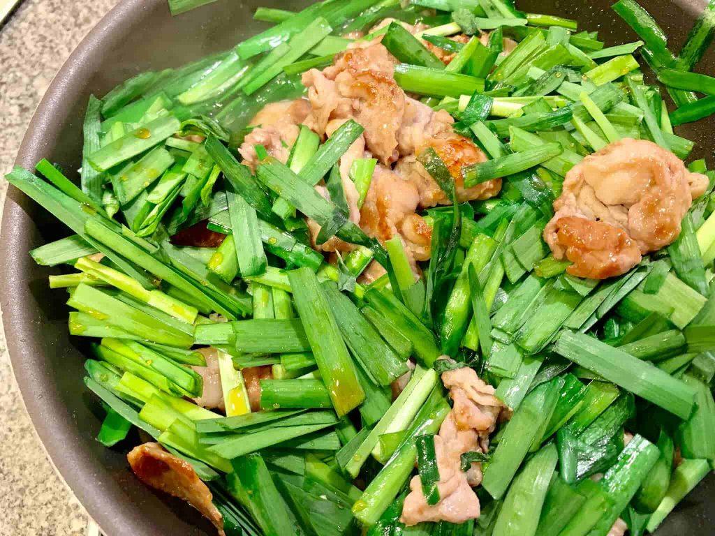 ニラ豚(ニラと豚肉の炒め物) ニラを加えて仕上げる